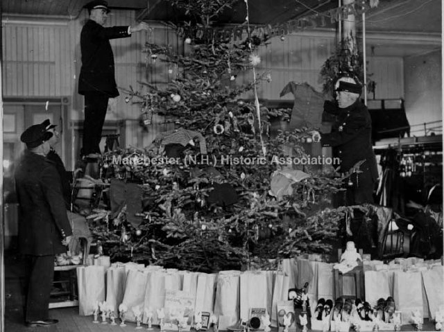 1935 | Firefighters decorating tree at Lake Ave Fire Station